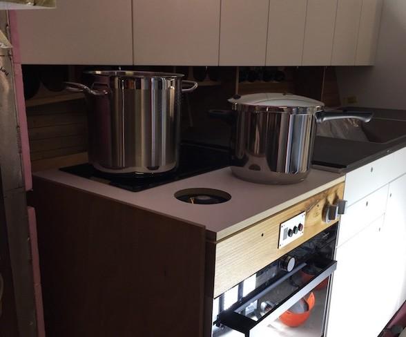 Küche Vordergrund Herd mit Pfannen